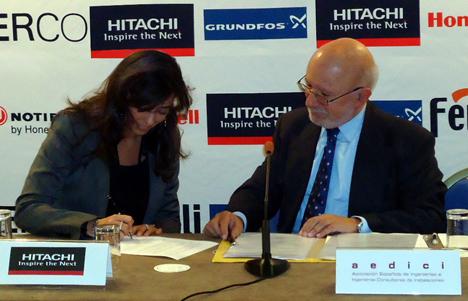 Firma del acuerdo entre Hitachi y Aedici