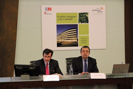 De izquierda a derecha, el Viceconsejero de Economía, Comercio y Consumo de la Consejería de Economía y Hacienda de la Comunidad de Madrid, Manuel Beltrán, el director general de la Fundación Gas Natural Fenosa, Pedro-A. Fàbregas.