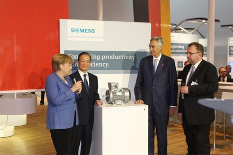 El presidente de Siemens, Peter Löscher, inaugura esta feria y visitaba el stand de Siemens acompañado por la cancillera alemana, Angela Merkel, el Primer Ministro de  China, Wen Jiabao, y el CEO del sector Industria, Siegfried Russwurm