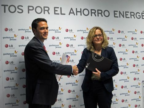Mireia Martínez, Gas natural Fenosa y José María Zamor, LG en la firma de del acuerdo de hoy