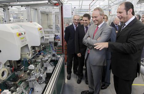El Presidente de la Generalitat Valenciana, Alberto Fabra, durante su visita a la fábrica de Schneider Electric