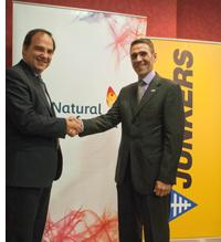 El director general de Bosch Termotecnia en Iberia, en representación de Junkers (Grupo Bosch), José Ignacio Mestre Martínez, y el director general de Gas Natural Distribución, José María Gil Aizpuru firman el acuerdo