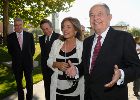 La alcaldesa de Madrid, Ana Botella junto al presidente de la compañía Salvador Gabarró