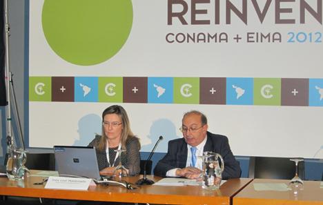 Inés Leal, vocal de la junta de gobierno del COAM y directora del portal CONSTRUIBLE, junto a Juan Layda, coordinador del Grupo de Trabajo