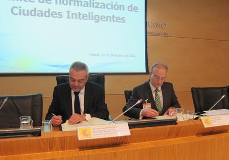De izquierda a derecha: Víctor Calvo-Sotelo, Secretario de Estado de Telecomunicaciones y para la Sociedad de la Información, y Avelino Brito, Director General de AENOR.