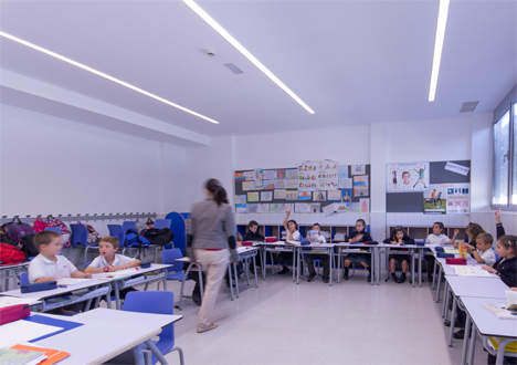 Iluminación en una de las aulas del Colegio Arenales en Carabanchel
