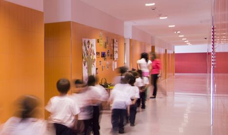Iluminación de Philips en un pasillo del colegio