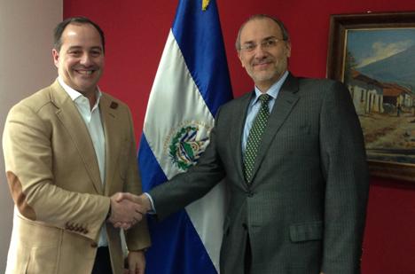 Adalberto Ríos, presidente de RÍOS Renovables Group (i), y el embajador de la República de El Salvador en España, Edgardo Suárez Mallagray, tras la firma del acuerdo