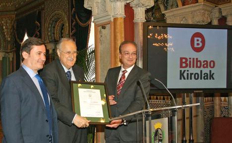 De izqda. a dcha., el Director General de FERROSER, Juan Ignacio Beltrán García-Echániz; el Alcalde de Bilbao, Iñaki Azkuna y el Director General de AENOR, Avelino Brito, en la entrega del certificado.