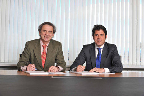 Firma del acuerdo entre los presidentes de CIDE e Isotrol
