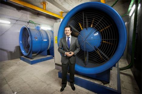 El consejero de Transportes, Infraestructuras y Vivienda, Pablo Cavero, presentando el nuevo sistema de free-cooling
