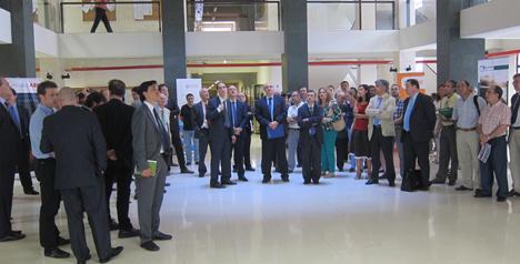 Asistentes a la presentación del sistema fotovoltaico en la Escuela Universitaria de Ingeniería Técnica Industrial de la Universidad Politécnica de Madrid