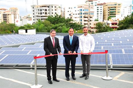 Acto de inauguración de la instalación fotovoltáica sobrecubierta en el Hotel Dominican Fiesta