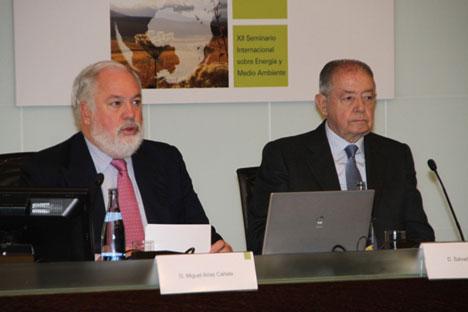El ministro de Agricultura, Alimentación y Medio Ambiente, Miguel Arias Cañete, y el presidente de Gas Natural Fenosa, Salvador Gabarró