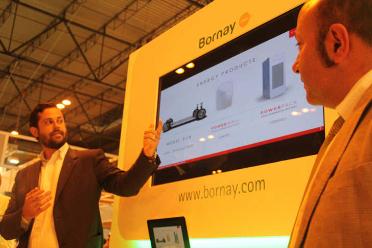 Responsables de las empresas Bornay y Tesla presentan en Genera 2016 la batería de almacenamiento solar Powerwall.