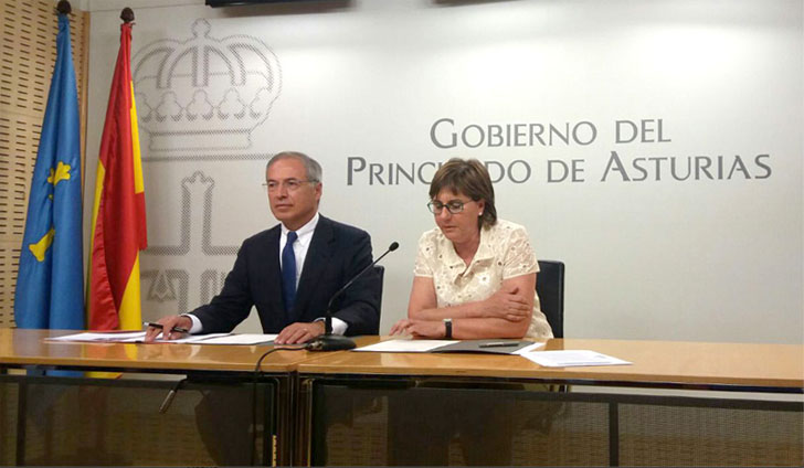 Pilar Varela, del Principado de Asturias, y Miguel Antoñanzas, presidente de Viesgo, firman el convenio para paliar la pobreza energética en la región.