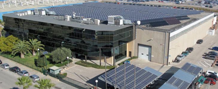 Fábrica de sistemas solares em Valencia. Las exportaciones de la Comunitat Valenciana de productos renovables crece un 115% en el primer semestre de 2016.