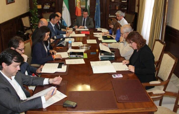Firma del acuerdo entre Mijas y Endesa para el suministro eléctrico e instalación de renovables en edificios públicos.
