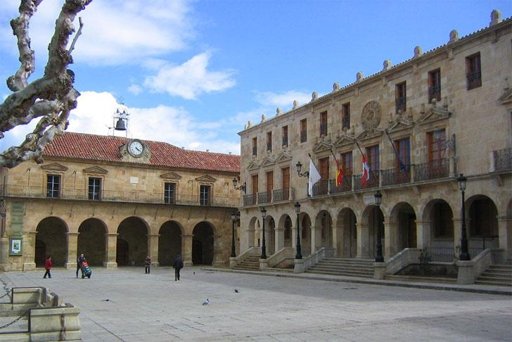 Ayuntamiento de Soria aprueba contrato de servicios energéticos para edificios municipales.