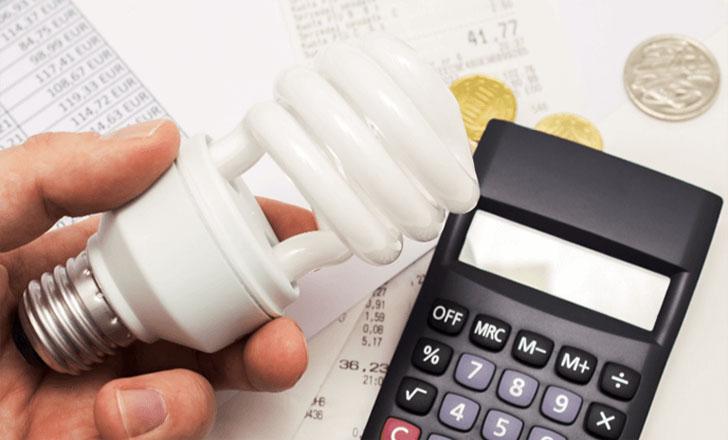 Consejo de Ministros aprueba RD que establece nueva metodología de cálculo para calcular los costes que cobran las comercializadoras por la tarifa regulada de electricidad.