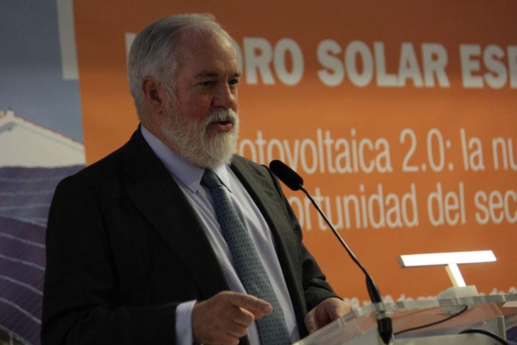 Arias Canete anuncia que la nueva directiva europea de renovables podría generar 900.000 empleos, en el III Foro Solar Español organizado por Unión Española Fotovoltaica.