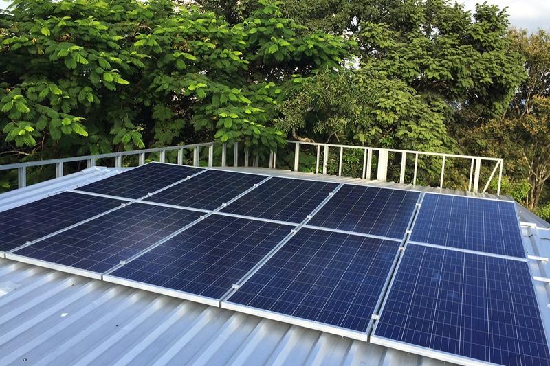 Instalación de autoconsumo fotovoltaico sobre el tejado de una casa. Cataluña crea una Mesa de Impulso para esta práctica.