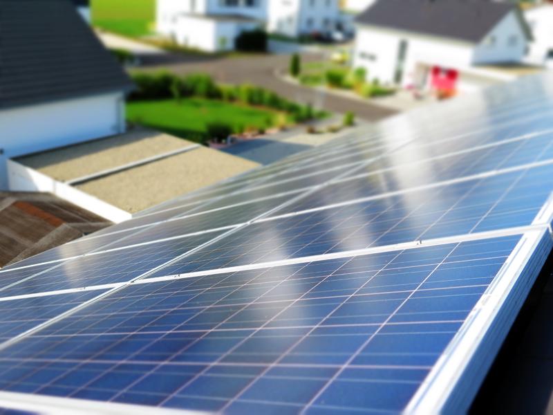 Instalación fotovoltaica sobre tejado de vivienda.