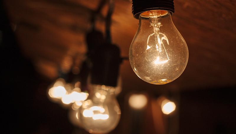 El plazo de corte de luz de los suministros de usuarios con bono social será de cuatro meses para los abonados de Viesgo como medida frente a la pobreza energética. Bombillas