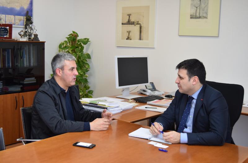 Encuentro entre el director gerente de la Agencia Andaluza de la Energía, Cristobal Sánchez, y un representante de Asociación Profesional de Diseñadores de Iluminación (APDI).