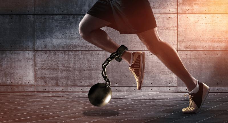 Aldro Energía ofrece una solución que elimina la energía reactiva de las instalaciones elétricas. En la imagen, el efecto negativo de la energía reactiva en las instalaciones eléctricas es representada como un corredor que lleva en uno de sus tobillos un grillete unido a una bola.