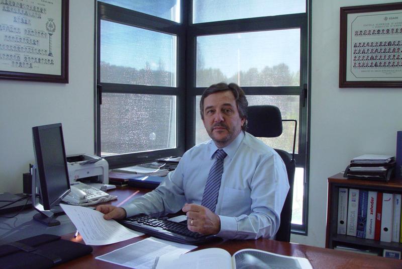 José Ramón Ferrer, director general de Zehnder España, posa en su desapacho.