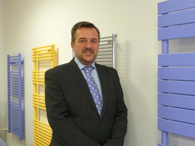 José Ramón Ferrer, director general de Zehnder España, delante de radiadores-toallero de diseño.