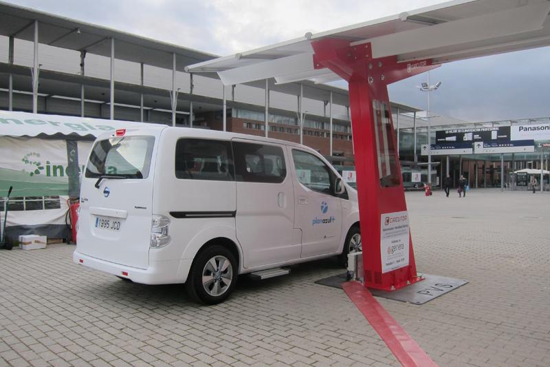 Pérgola fotovoltaica con punto de recarga integrado de vehículos eléctricos, expuesto en el patio central de Feria de Madrid durante la celebración de Genera y Climatización y Refrigeración 2017.