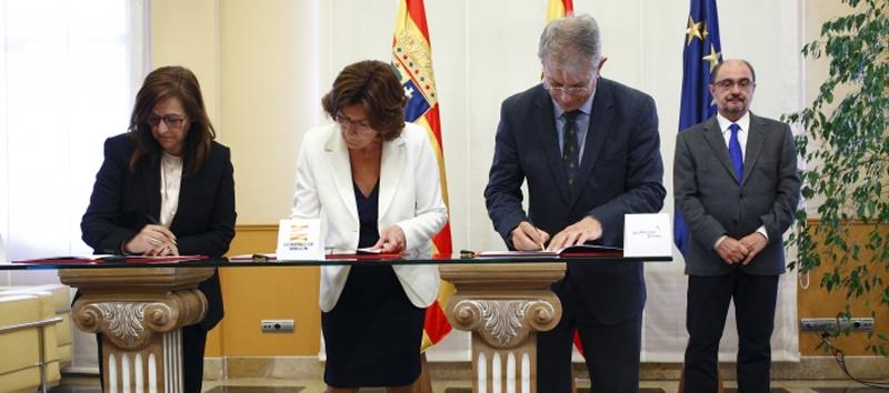 Firma del convenio entre el Gobierno de Aragón y Gas Natural Fenosa para paliar la pobreza energética en la región.