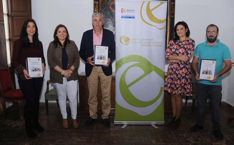 Representantes de los ayuntamientos de La Rambla y La Victoria reciben las auditorías energéticas realizadas por la Diputación de Córdoba.