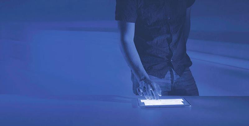 Hombre usando una tablet.