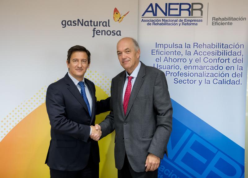 Representantes de Gas Natural Servicios y ANERR estrechan manos tras la firma del acuerdo entre ambas entidades.