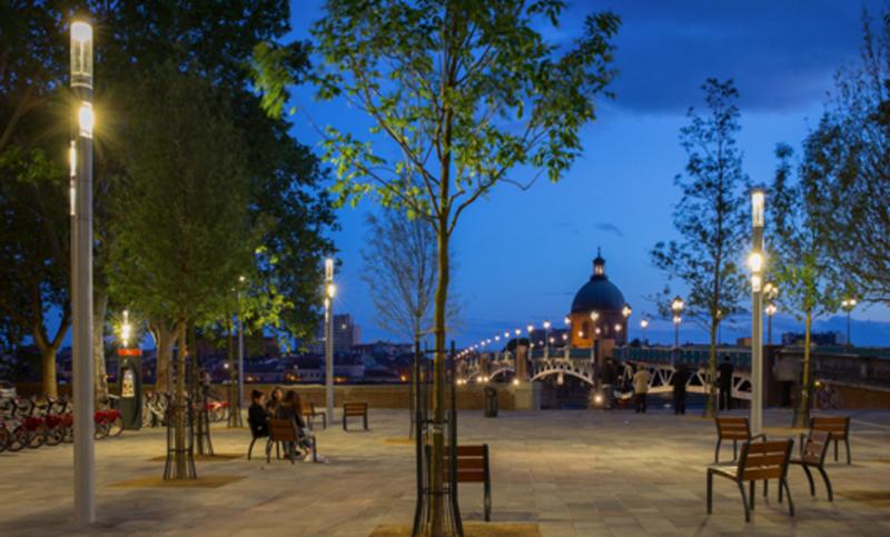Plaza de San Pedro de Toulouse (Francia) de noche.
