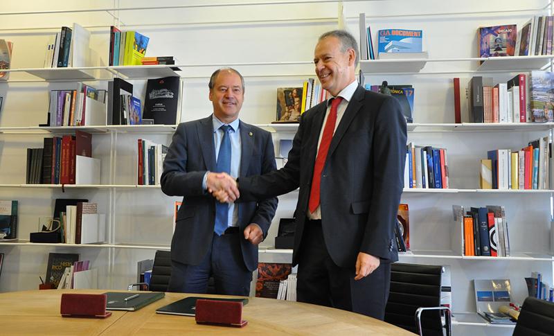 Representantes de Gas Natural Fenosa y Universidad de Vigo estrechan las manos tras firmar el acuerdo de colaboración para reforzar Cátedra Fenosa.
