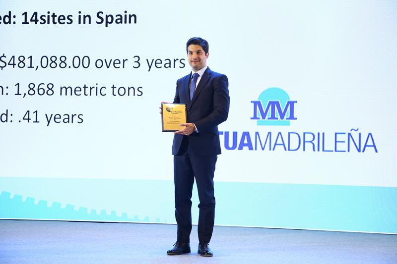 Mario Cabezos, gerente de Facility Management de Mutua Madrileña, recogiendo el premio a la Excelencia en la Gestión de la Energía de CEM.