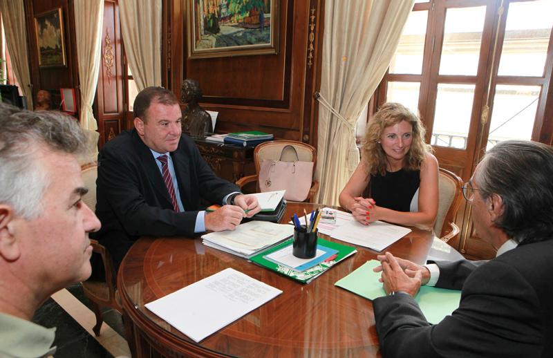 Reunión mantenida en el ayuntamiento de Castellón para entregar la acreditación de energía 100% renovable.