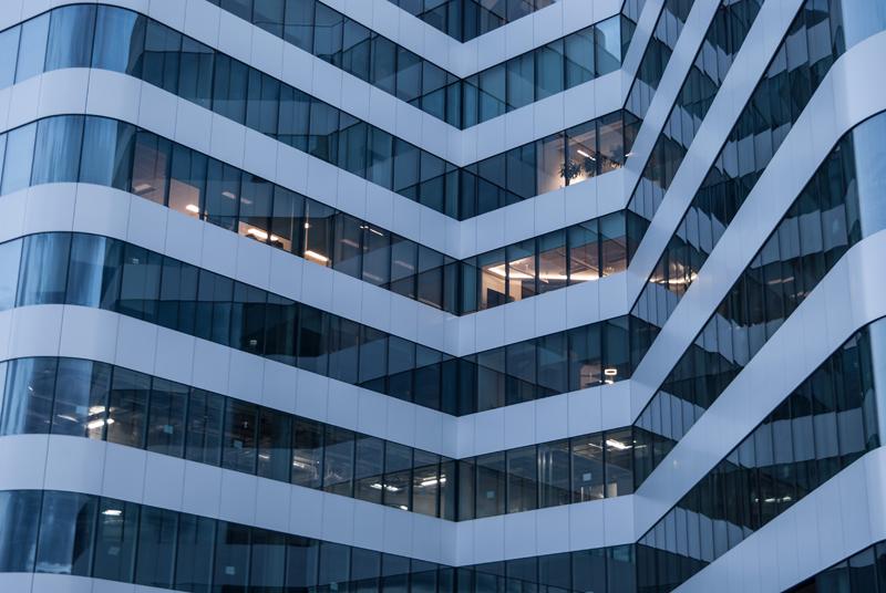 Fachada exterior de edificio de oficinas.