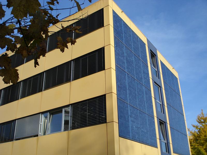 Edificio con integración de energías renovables.