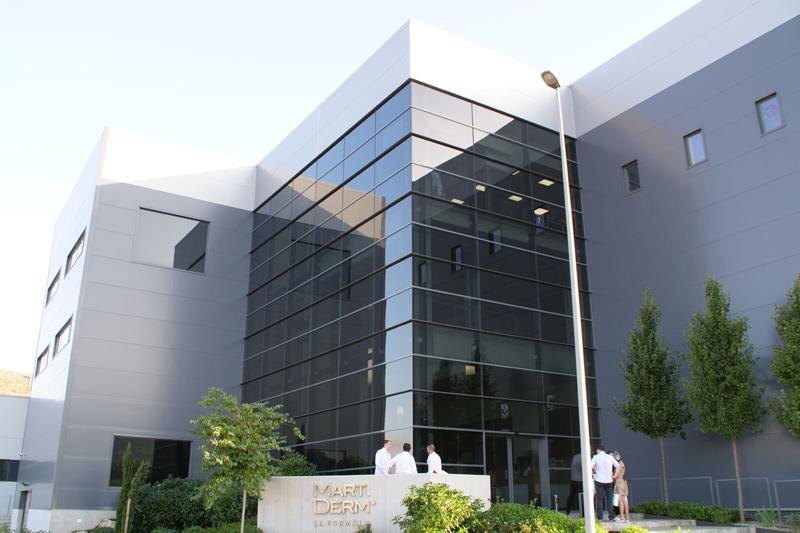 Fachada de las nuevas instalaciones de MartiDerm, laboratorio farmacéutico.