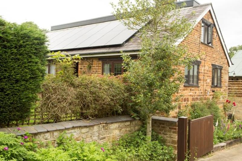 Vivienda con tejado a dos aguas y con paneles solares fotovoltaicos sobre cubierta. Reino Unido.