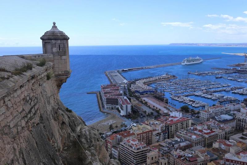 Baluarte defensivo de las murallas del Castillo Santa Bárbara, desde el que se divisa toda la bahía de Alicante.