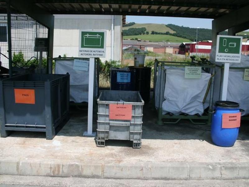Contenedores de recogida de residuos en un punto limpio de la Diputación de Álava.