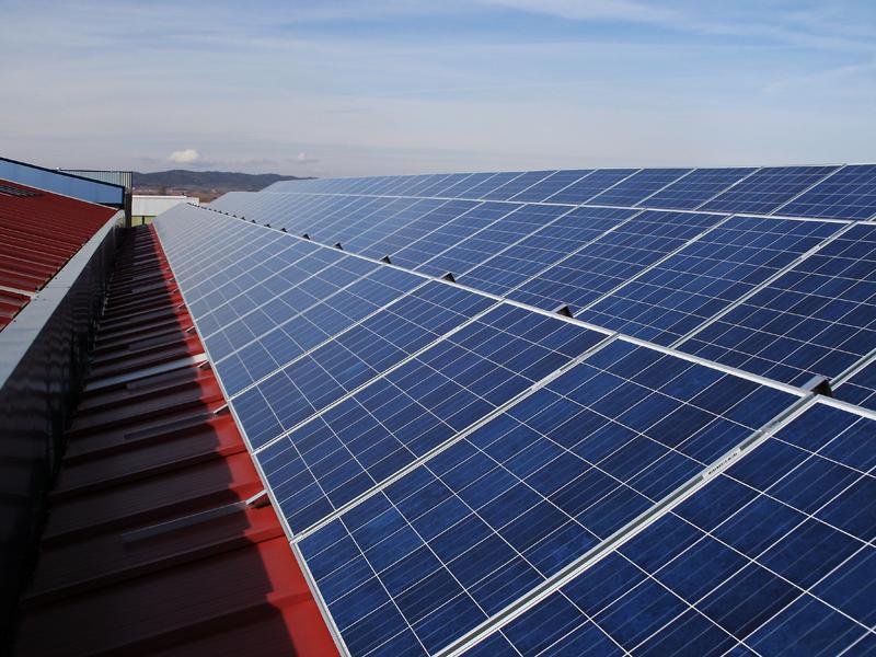 Instalación solar sobre la cubierta de una nave industrial.