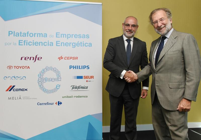 El director general de Comercialización de Endesa, Javier Uriarte (drcha.), con el Consejero Delegado de SEUR, Alberto Navarro (izq.), durante el acto de adhesión de SEUR celebrado en la Sede de Endesa.