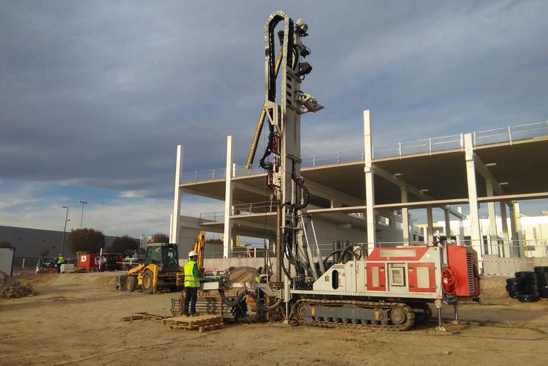 Obras de perforación de Geoter para el proyecto de geotermia de la nueva sede de Edibon en Móstoles.